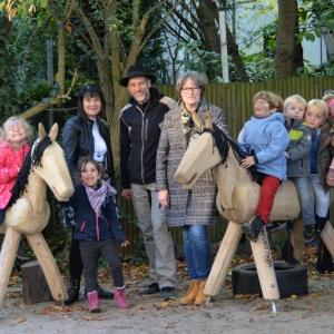 freude-an-den-neuen-original-holzpferden-danke-sparkasse-iserlohn