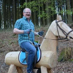 ortsvorsteher-helmar-roder-auf-das-original-holzpferd