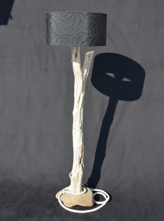 Sainte-Croix Treibholz Stehlampe | WALDKUNST by Arjen Cornelis Baaijens