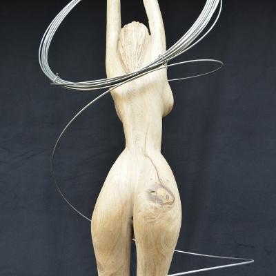 Frau aus Holz und Draht